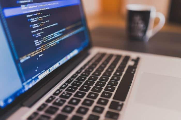 laptop diseñando pagina web